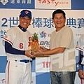 世界棒球經典賽台灣區資格賽宣告記者會回顧19 澎恰恰贈送鳳梨旺旺來