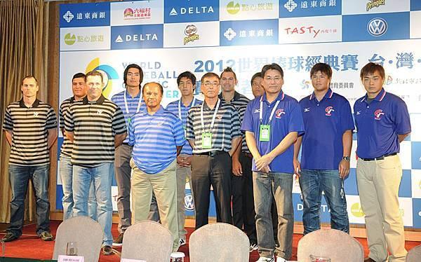 四隊總教練與球員代表合影