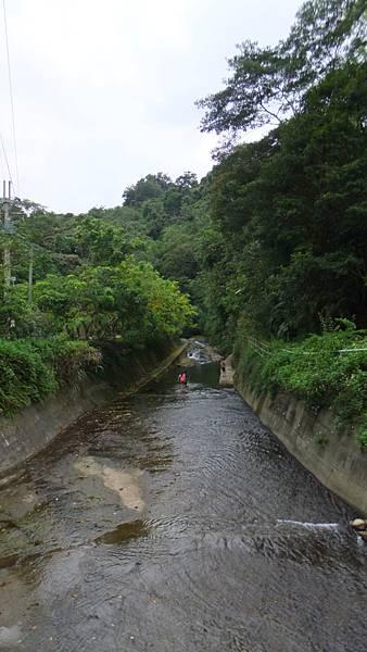 很多人在溪水下遊玩.JPG