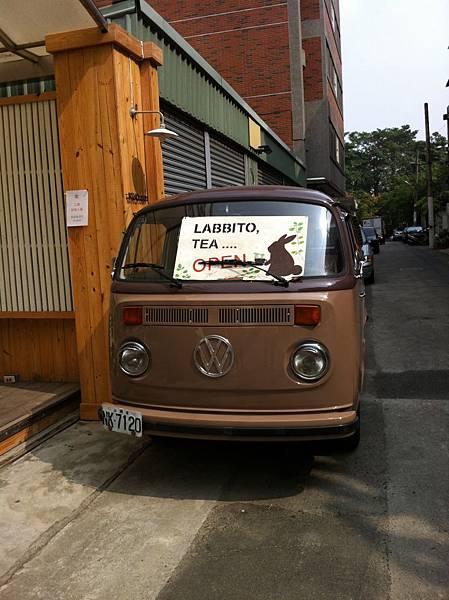 LABBITO TEA門口的車.JPG