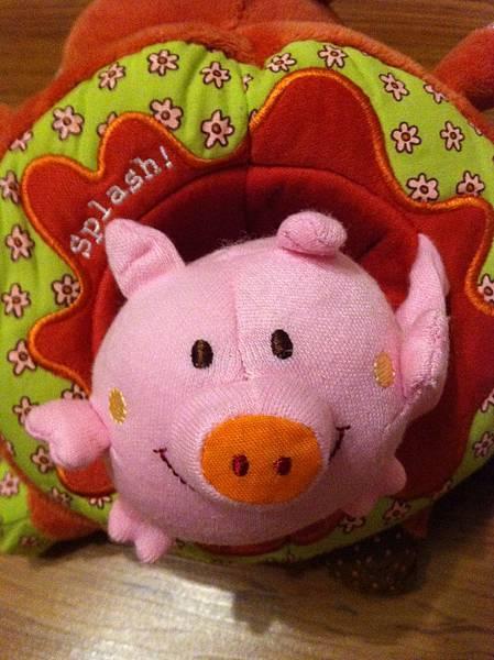 Lilliputiens小牛Vicky探索玩偶布書裡面的小豬.JPG