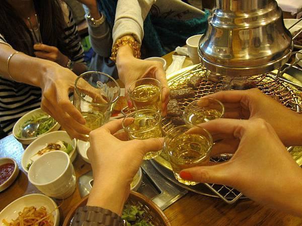 第一晚的五人乾杯照