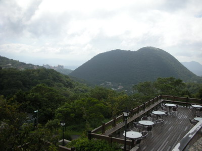 菁山遊憩區的會議室/餐廳外面即是風景優美的紗帽山
