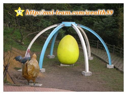 原來高速公路大業隧道前的大雞蛋移到情人湖了