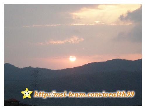 在瞭望台上,剛好看到太陽很快地下山了。