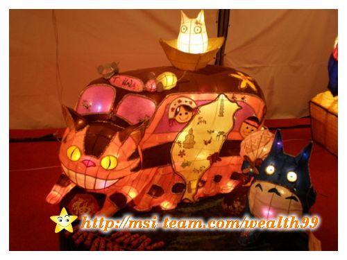 卡通龍貓的貓公車,車頂上有小老鼠