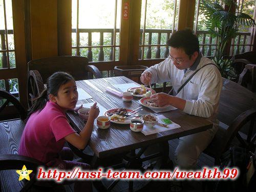 太平山莊的自助式早餐,有飯、五穀饅頭、各式菜餚(大都是素菜)