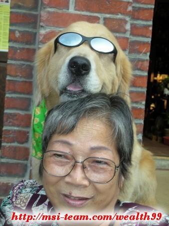 我媽媽到三峽老街時,與店家可愛的狗狗合影