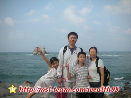 把相機放在附近的柱子上自拍,留下難得的全家福照片。