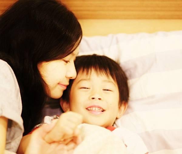 再忙,也要親一下 ~~幸福且緊密的親子關係