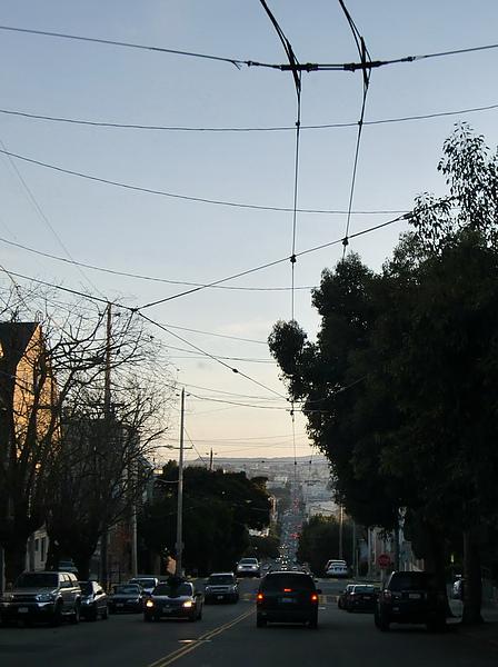 """天上那些""""網"""",是拉市區公車的電網,大車不排放廢棄,才能維持人口密集舊金山的清新空氣。"""