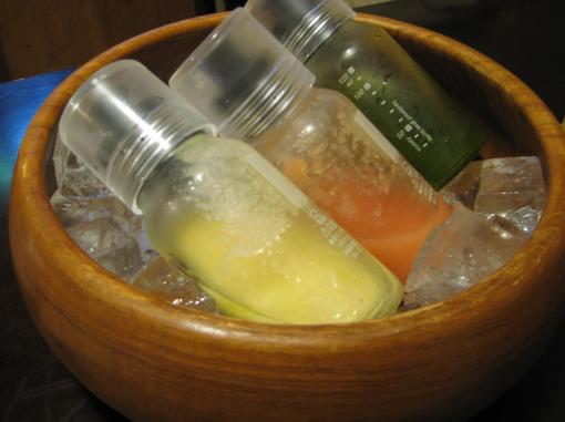 冰涼的沙拉醬汁。在炎炎夏日吃起來,真的沁心涼。分別是洋蔥、番茄、紫蘇口味