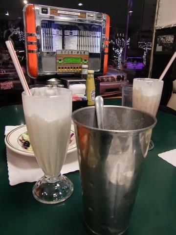 奶昔是經典,會附上沒倒完的雪克杯,奶昔全部是妳的!