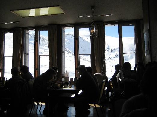 在室堂站用餐,從餐廳的大窗看出去,好浪漫哪....