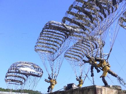 大型降落傘作品曾於1991在法國展出
