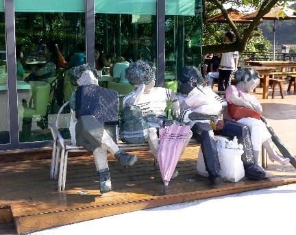 就連綠方塊咖啡屋前,也有人間系列的有趣雕刻