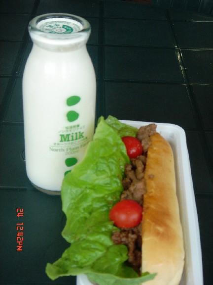 在農場吃午餐,偷偷帶回這著個懷舊的牛奶瓶