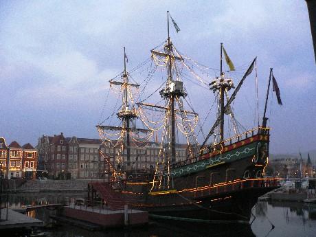 傍晚時分的大船