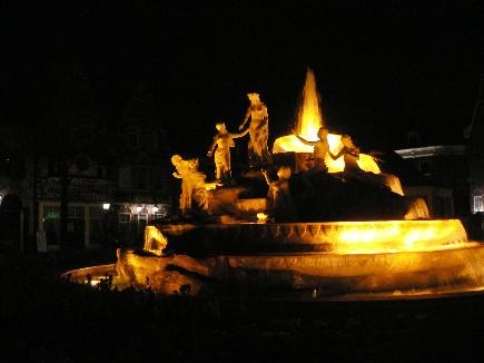 早上看到的廣場水池,晚上變身神秘的光