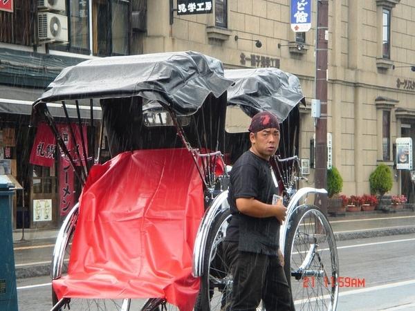 小樽街頭都有這樣的人力拉車
