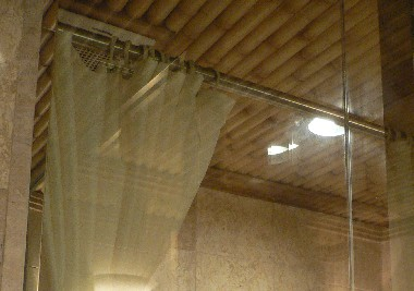 浴室的天花板是以竹子排成,很特別
