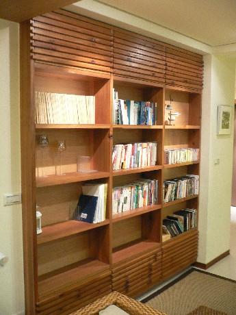 書架上的書和DVD都可以帶回房間看