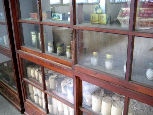 展示著茶廠歷史包裝的木櫃