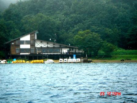 從湖上看咖啡廳