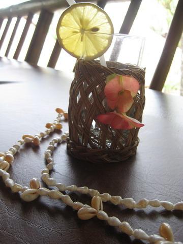 check in時飯店為妳戴上貝殼項鍊和遞上清涼的果汁
