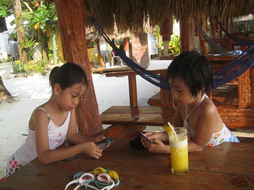 一杯沁涼果汁、涼涼的海風、一副撲克牌,就是小孩的快樂天堂