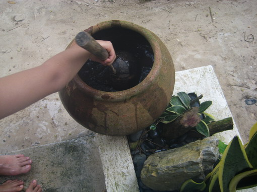 每一家的門口都有裝水的甕,沖腳