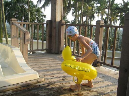 OS:我還小,一定要游泳圈才敢划