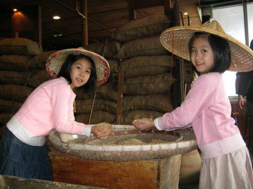 在「池上飯包文化館」農事的小婦人