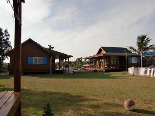 """從我們""""家""""走廊遙望[家庭房](左)和[陽光屋](右),我們比較孤僻...還是喜歡""""遺世獨立""""一些 呵呵"""