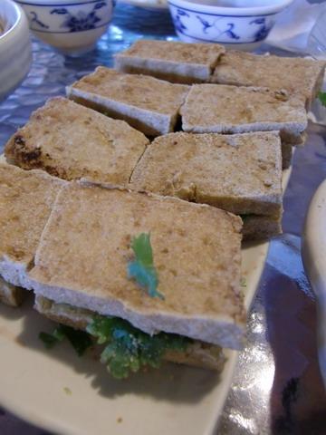 臭豆腐三明治,裡面有花生粉+香菜