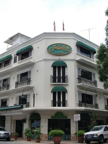 這一間Jesselton Hotel是英國殖民時期留下的飯店,在旅遊局旁邊/Gaya假日市集尾端,訂得到的話一定要來住住~