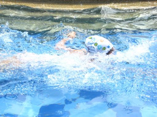 碰碰煞有其事的游起泳來,別被唬了,她還不會換氣。