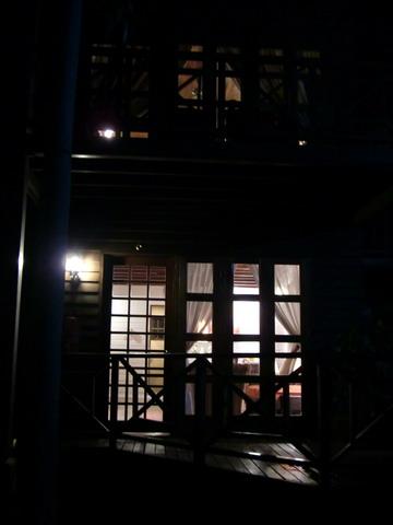 雖然晚上只有我們一家人住,但是resort把其他木屋的燈都點亮,讓我們感覺不孤單