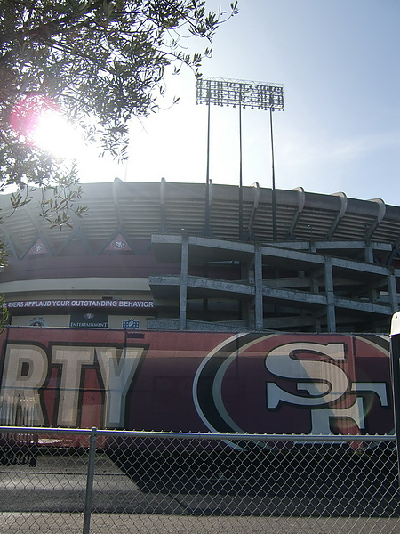 """市集是利用舊金山的美式足球隊""""49ers""""球場不使用時的空檔舉辦。"""