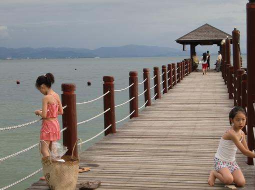 因為是國家保護的海洋資源,海水清澈,淺淺的地方就有熱帶魚群