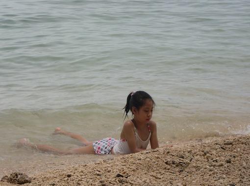 碰碰不論到那個海都喜歡趴著泡