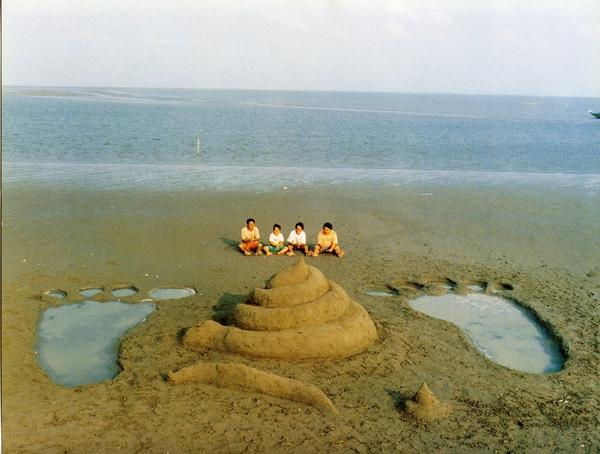 工作人員花了三天,才用沙堆好巨型大便形狀沙雕.jpg