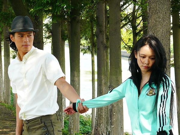 左起,楊祐寧與徐若瑄在電影《背著你跳舞》互動親密.jpg