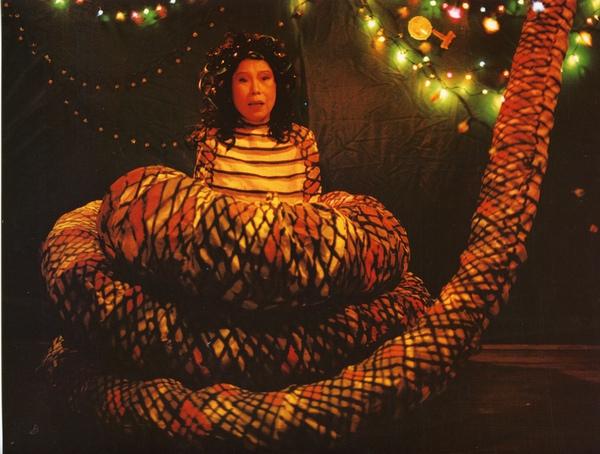 文英在熱帶魚片中扮巨蛇娘娘,造型令人噴飯.jpg