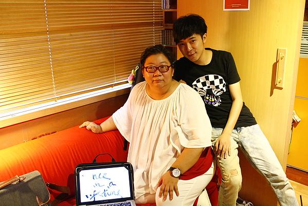 左起,閻柔怡與蘇打綠主唱青峰互動有如無代溝的母子.jpg