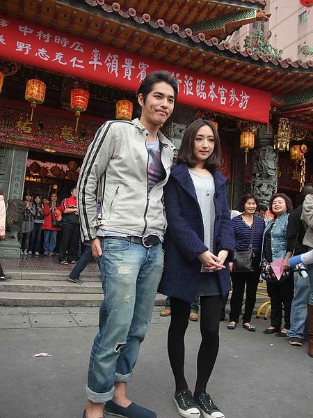左起,藍正龍與柯佳嬿赴台北松山慈祐宮拜拜謝神.jpg