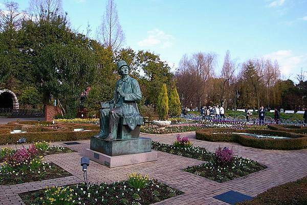 H.C. Andersen Statue.jpg