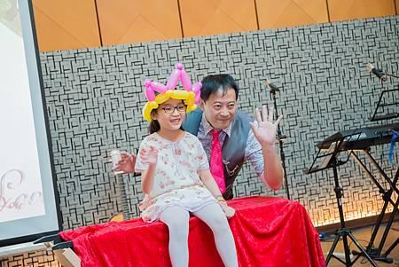 1225高雄福華飯店婚禮主持+魔術汽球表演+變出新娘-百葉窗出人+中國風情境佈置 (26).jpg