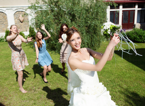 wedding_tradition_throwing_bridal_bouquet