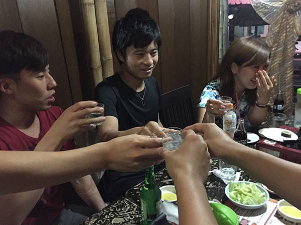 Danny與日韓籍的朋友在宿霧喝酒.jpg